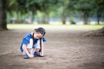 地面に絵を描く女の子