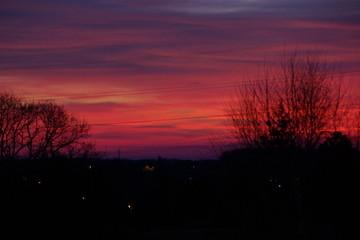 Papiers peints Grenat Un coucher de soleil rouge - France