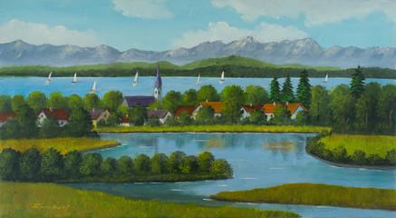 Seenlandschaft mit Dorf und Bergen im Hintergrund
