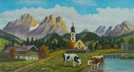 Kirche und ein Bauernhaus vor einer Bergkulisse