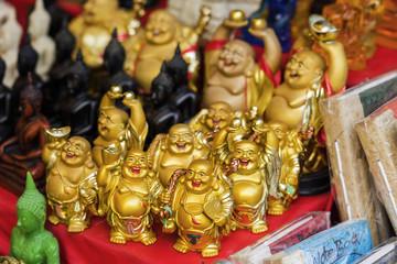 Lachende Buddhas auf einem Markt in Thailand
