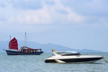 alte Dschunke und modernes Motorboot, Thailand