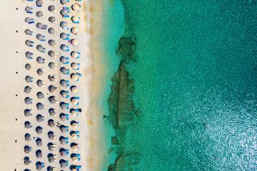 Wall Mural - Luftaufnahme des Kalafatis Strand in Mykonos, Kykladen, Griechenland, mit symmetrisch angeordneten Sonnenschirmen