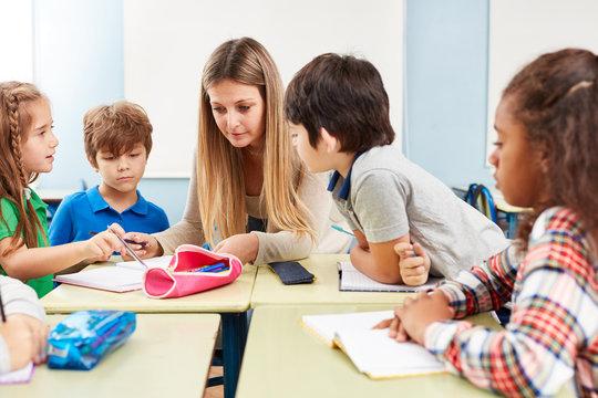 Frau als Lehrer hilft bei Hausaufgaben