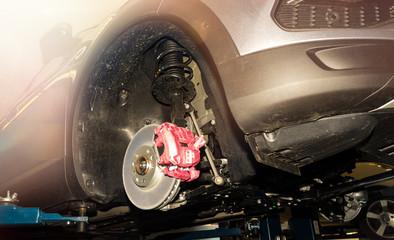 Scheibenbremse an einem PKW in einer Autowerkstatt