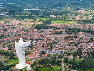 Fotobehang Zuid-Amerika land Villa de Leyva (Plaza Mayor) with Christ Monument from above, Colombia