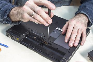 Fototapeta Rozkręcanie obudowy laptopa w serwisie komputerowym. obraz