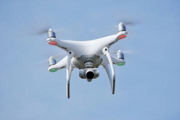 Dron con cámara blanco volando (congelamiento)