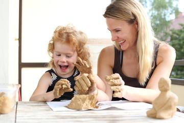 Mutter und Kind beim kreativen Töpfern