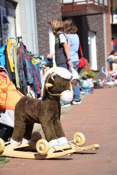 Spielsachen auf einem Flohmarkt