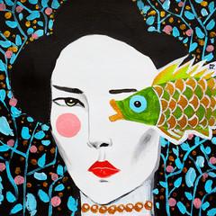 disegno bella donna guarda pesce