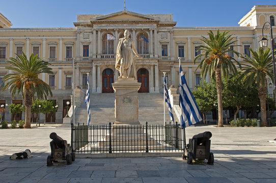 Rathaus mit Miaouli-Denkmal, Hermoupolis, Insel Syros, Griechenland