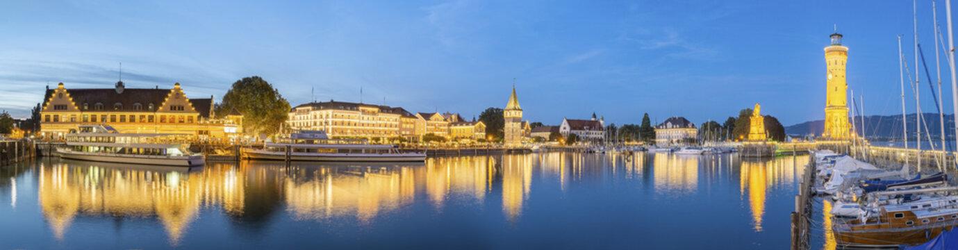 Hafeneinfahrt Lindau mit Uferpromenade   Bodensee