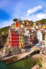 Riomaggiore, Cinque Terre, Ligurie, Italie - vue sur les maisons colorées et le port