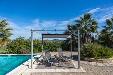 Luxuriöse, mediterrane Poolterrasse im sonnigen Süden