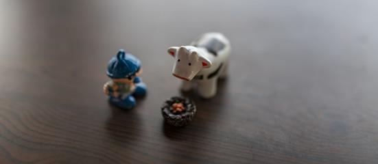 Mucca pezzata con bambino e cibo, giocattoli espressivi