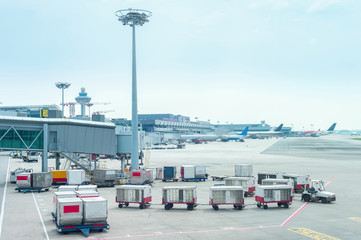 Photo sur Aluminium Aeroport Luggage carriages by Changi airport