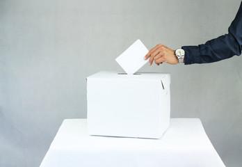 Obraz Mężczyzna oddający głos do urny wyborczej - fototapety do salonu