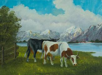 Eine schwarze und eine gefleckte Kuh vor einem See