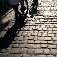 Schatten von entgegenkommenden Fußgängern in der Altstadt von Quedlinburg