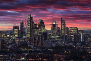 Fotomurales - Die beleuchtete City von London nach Sonnenuntergang am Abend mit rotem Himmel und Wolken, Großbritannien