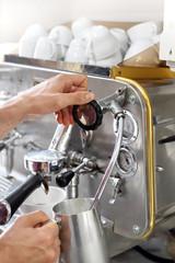 Kawa latte ze spienionym mlekiem.   Spienianie mleka w ekspresie ciśnieniowym.