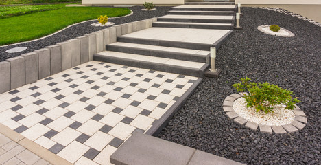Vorgarten mit Außentreppe aus Fertigbetonteilen Betonpflaster Betonstelen - Front garden with external staircase made of prefabricated concrete parts Concrete paving Concrete paving Concrete stelae