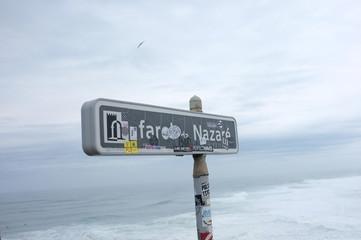 Surf Su onde giganti a Nazaré - Portogallo