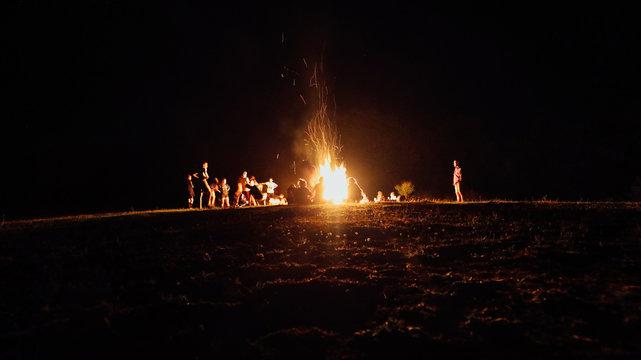 intorno al fuoco raccontami la tua storia