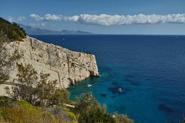 Steilküste bei den Blauen Grotten auf Zakynthos, Griechenland. Im Hintergrund Kefalonia und Ithaka