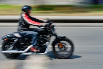 Motorradfahrer in Bewegung