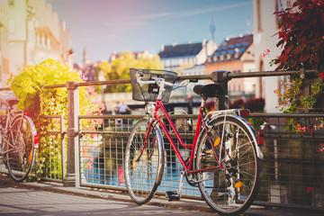 Uitstekende fiets dichtbij traliewerk op stadsstraat van Straatsburg, Frankrijk. Herfst seizoen tijd