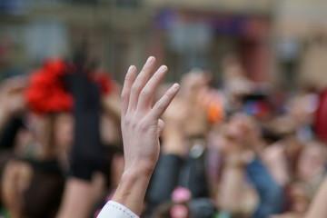 Obraz ręka w tłumie podniesiona do góry - fototapety do salonu
