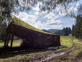 Abbruchreife Scheune im Gegenlicht im Alpenvorland, Bayern