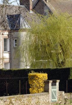 Ville de Rugles, maison de style avec tourelle, petite barrière et muret, département de l'Eure, Normandie, France