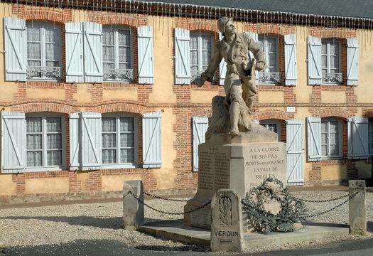 Ville de Rugles, monument aux morts, soldat grenade à la main, département de l'Eure, Normandie, France