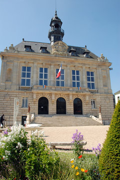 Ville de Vernon, l'Hôtel de Ville et ses massifs de fleurs colorées, département de l'Eure, Normandie, France