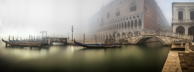 Foto op Plexiglas Centraal Europa Gondeln im Nebel