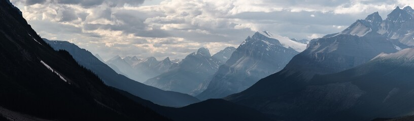 Photo sur Aluminium Campagne Dramatic landscape along the Icefields Parkway, Canada