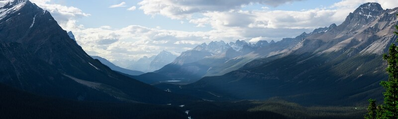 Fotobehang Blauwe hemel Dramatic landscape along the Icefields Parkway, Canada