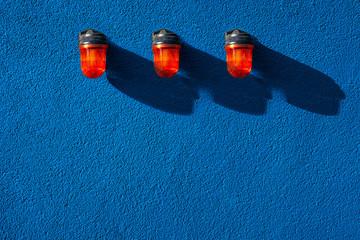 Drei Orange Signalleuchten Signal auf blauer Wand