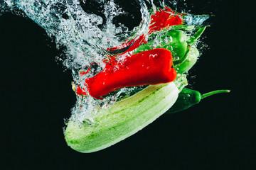 suya düşen taze sebzeler