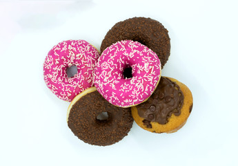 pinke Donuts, Schoko Donuts und Muffin auf weiß isoliert.