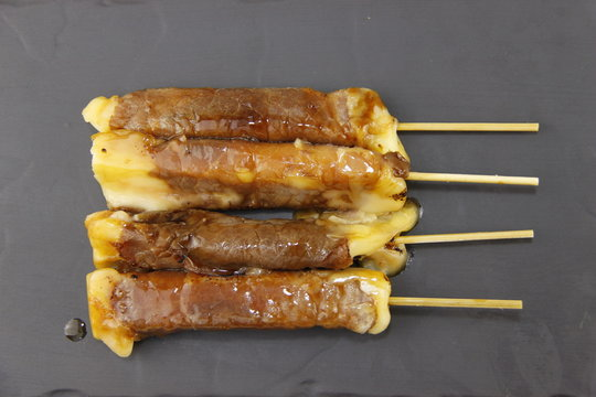 Brochette yakitori bœuf fromage sur une ardoise