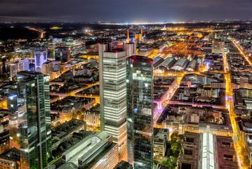Das Frankfurter Bahnhofs- und Bankenviertel bei Nacht und künstlicher Beleuchtung