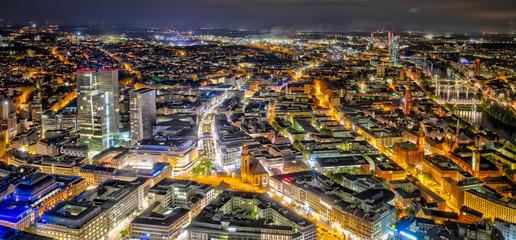 Blick vom Maintower auf die Innenstadt von Frankfurt am Main am Abend