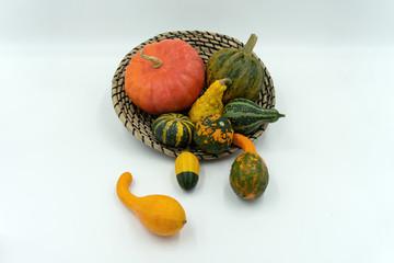 Zierkürbisse im dekorativem Bastkörbchen