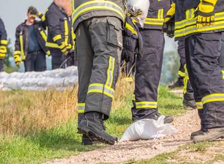 Feuerwehrmänner beim Hochwasserschutz