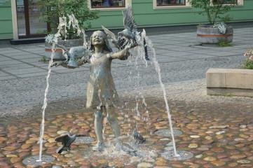 szlakiem Częstochowskim - Dziecko z ptakami - rzeźba