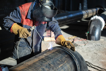 Welding of the tap to the pipe by means of manual arc welding, melting electrode